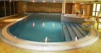 Inneres Schwimmbecken im Echo Residence All Suite Luxury Hotel in Tihany, am Balaton